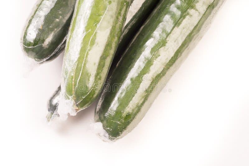 Bos van komkommer in plastic films wordt verpakt die stock afbeelding