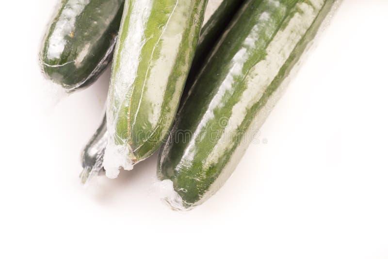 Bos van komkommer in plastic films wordt verpakt die royalty-vrije stock foto