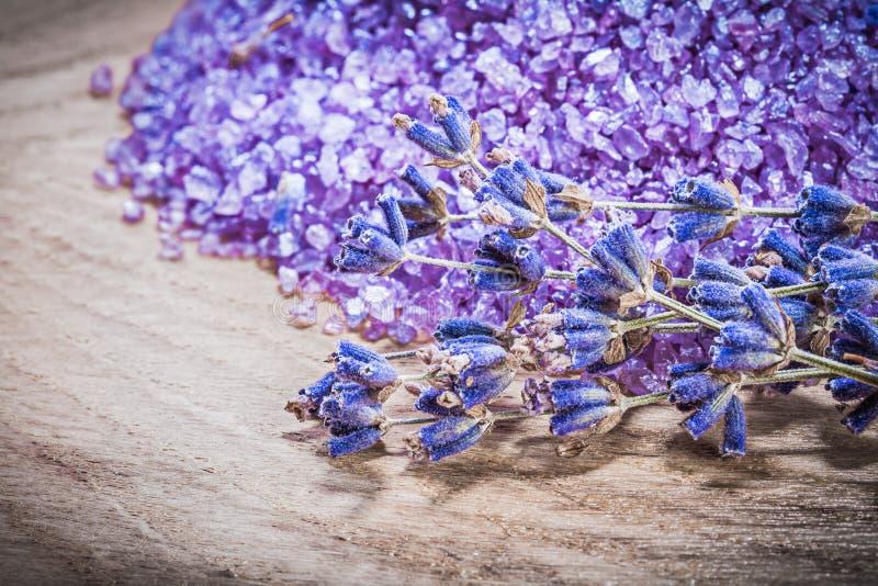 Bos van lavendel bemerkt overzees zout bij de houten board spa behandeling royalty-vrije stock foto