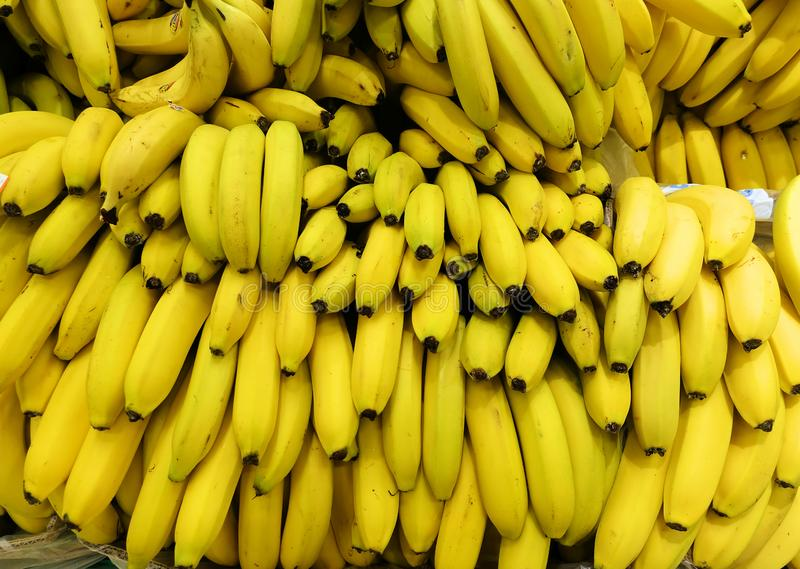 Bos van rijpe bananenachtergrond royalty-vrije stock afbeeldingen