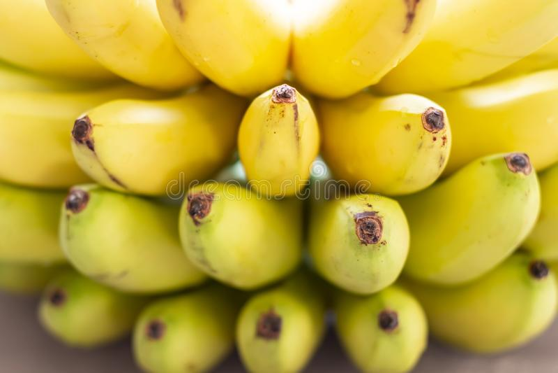 Bos van rijpe bananenachtergrond Verse vruchten achtergrond stock afbeelding