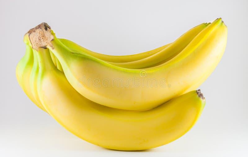 Bos van rijpe verse die bananen op witte achtergrond worden geïsoleerd stock afbeeldingen