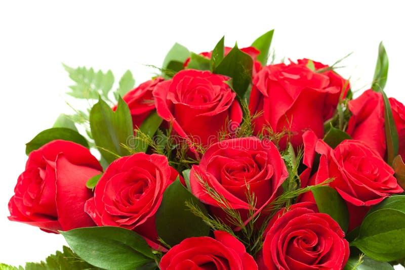 Bos van rode rozen in bloemist het verpakken royalty-vrije stock afbeeldingen
