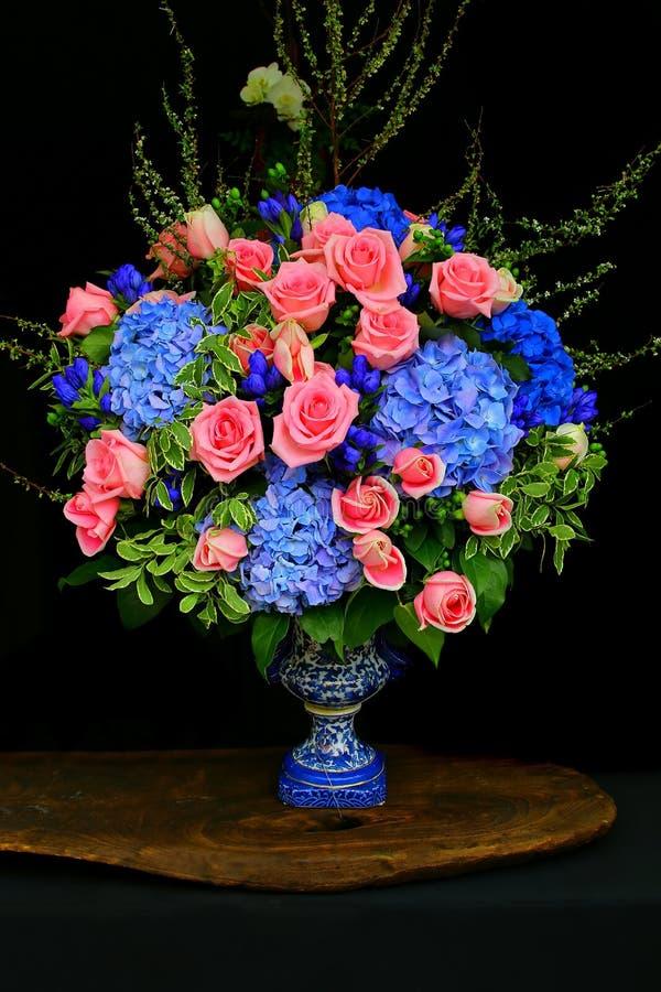 Bos van roze rozen en hydrangea hortensiabloemen royalty-vrije stock afbeeldingen