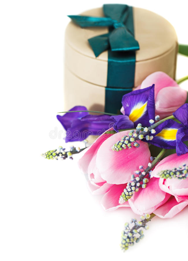 Bos van tulpen met giftdoos stock afbeeldingen