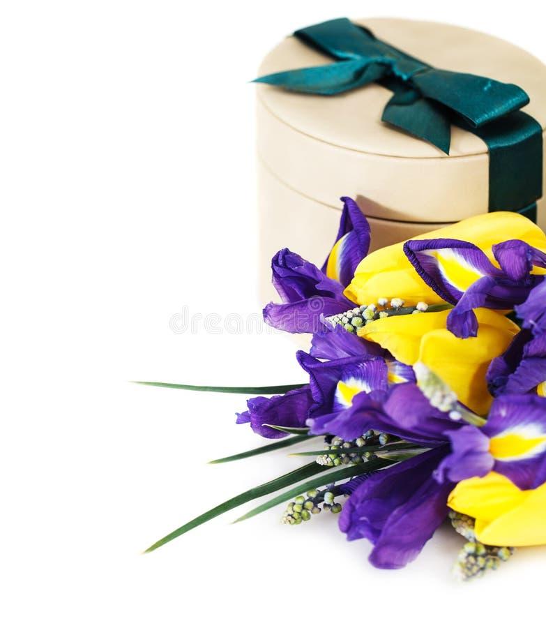 Bos van tulpen met giftdoos royalty-vrije stock foto