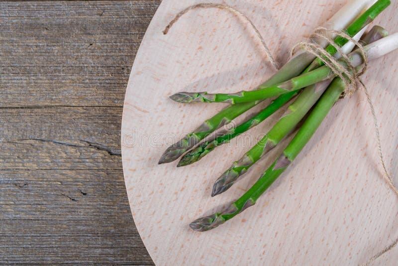 Bos van verse asperge op een rustieke houten lijst voor het koken royalty-vrije stock foto