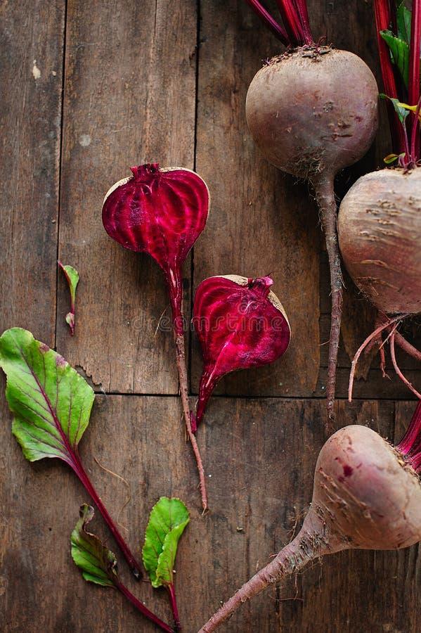 Bos van verse organische bieten op houten achtergrond Concept dieet, ruwe, vegetarische maaltijd Landbouwbedrijf, plattelander en royalty-vrije stock afbeelding