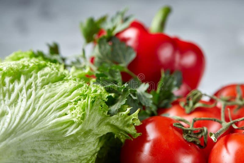 Bos van verse tomaten met groene bladeren op steenachtige raad over witte achtergrond, hoogste mening, close-up, selectieve nadru stock foto's