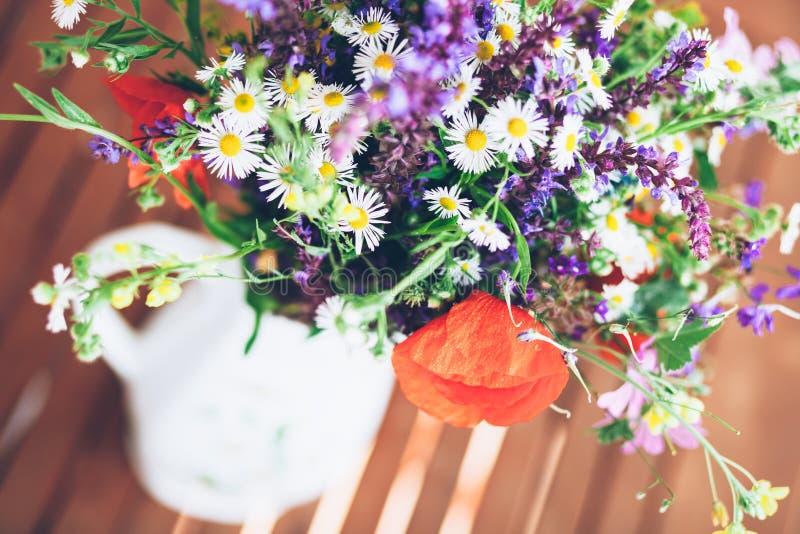Bos van wilde kruiden en bloemen in een vaas stock foto's