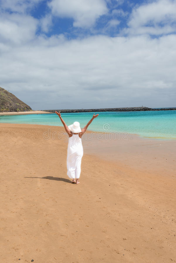 Bosa dziewczyna w białym kapeluszu i smokingowa pozycja na plaży obrazy stock