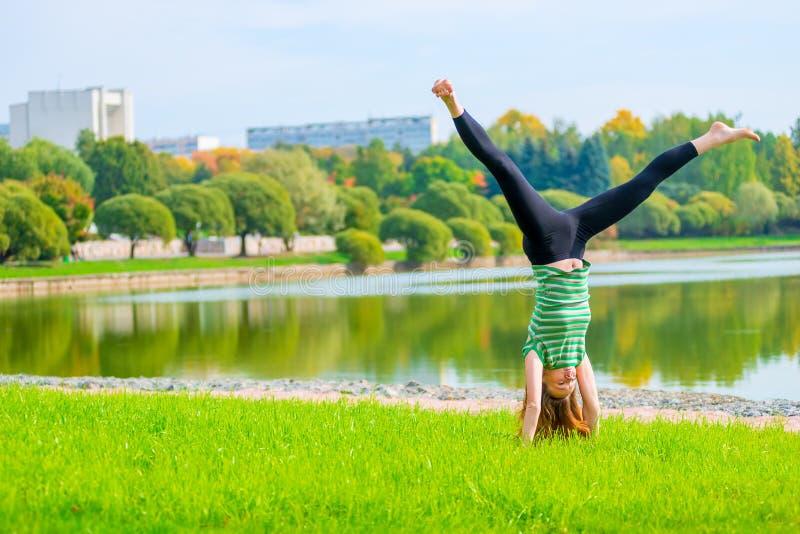 Bosa dziewczyny pozycja na rękach zdjęcia stock