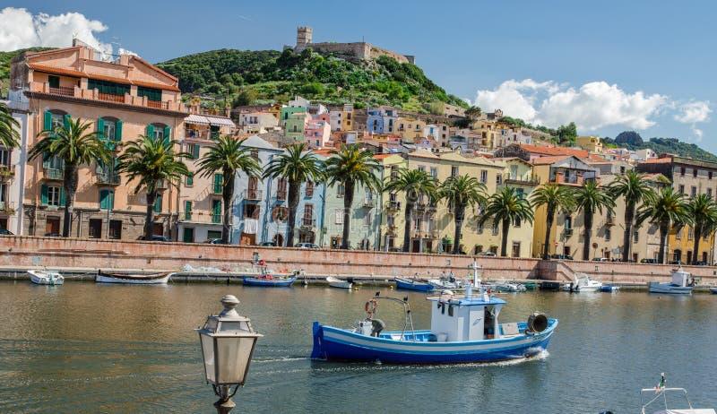 Bosa und das alte Schloss, Oristano, Sardinien stockfotografie