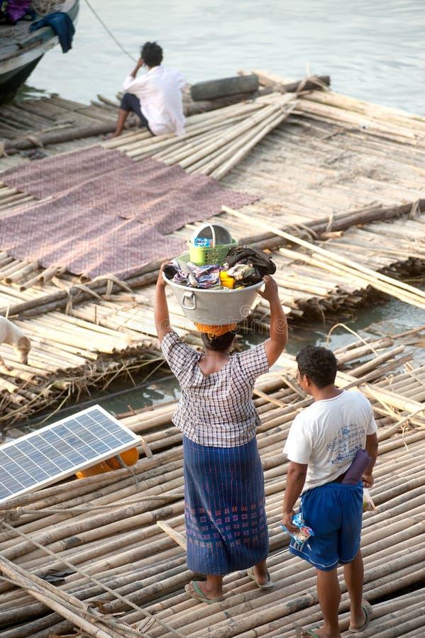 Bosatt bambuflotte för folk royaltyfria foton