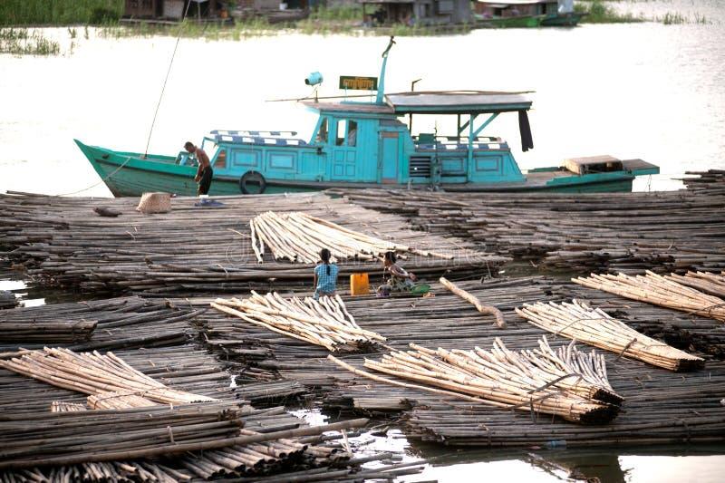 Bosatt bambuflotte för folk arkivfoton