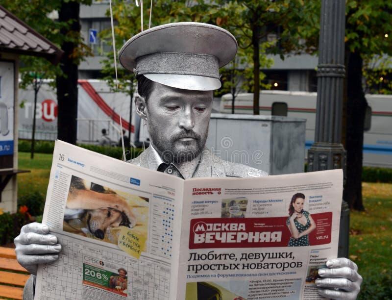 Bosatt staty för silver i bilden av en soldat av den sovjetiska armén på den Pushkin fyrkanten i Moskva royaltyfri fotografi