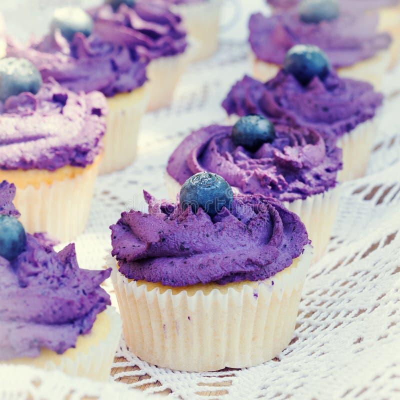 Bosbes cupcakes met room stock fotografie