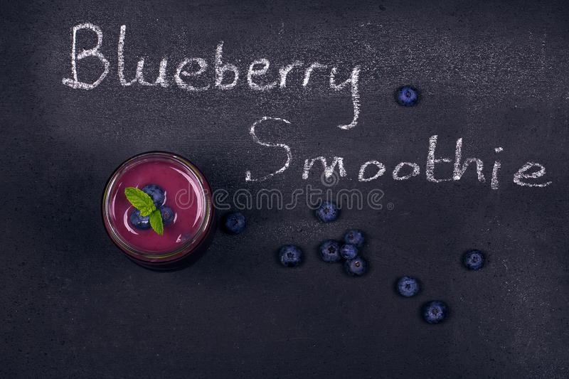 Bosbes smoothie op schoolbord stock afbeeldingen