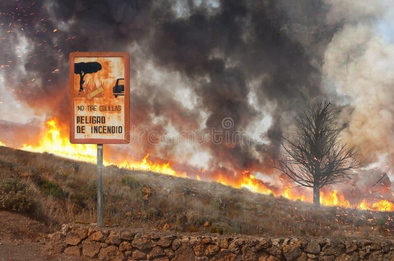 Bosbrand en een waarschuwingsbord in aard royalty-vrije stock foto