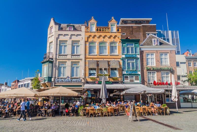 BOSCH DELLA TANA, PAESI BASSI - 30 AGOSTO 2016: Case e ristoranti storici dell'aria aperta in Den Bosch, Netherlan immagine stock libera da diritti