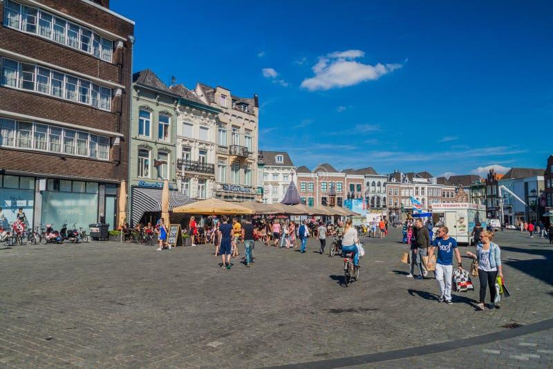 BOSCH DO ANTRO, PAÍSES BAIXOS - 30 DE AGOSTO DE 2016: Casas históricas no mercado de Markt em Den Bosch, Netherlan fotos de stock