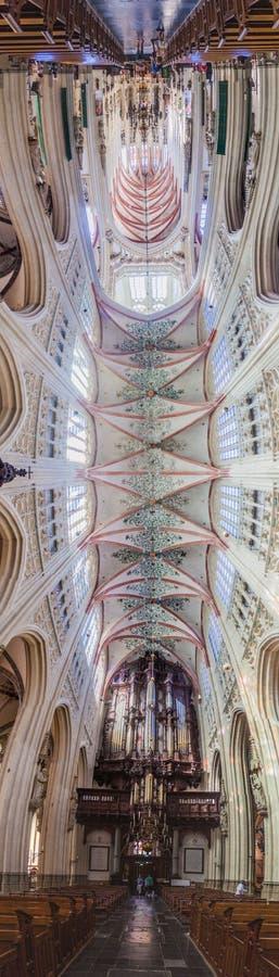 BOSCH DO ANTRO, PAÍSES BAIXOS - 30 DE AGOSTO DE 2016: Interior da catedral gótico de Saint John em Den Bosch, Netherlan imagem de stock