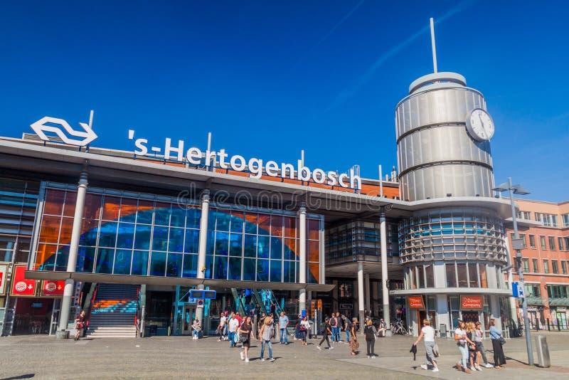 BOSCH DO ANTRO, PAÍSES BAIXOS - 30 DE AGOSTO DE 2016: Veja um estação de caminhos de ferro em Den Bosch, Netherlan fotos de stock royalty free