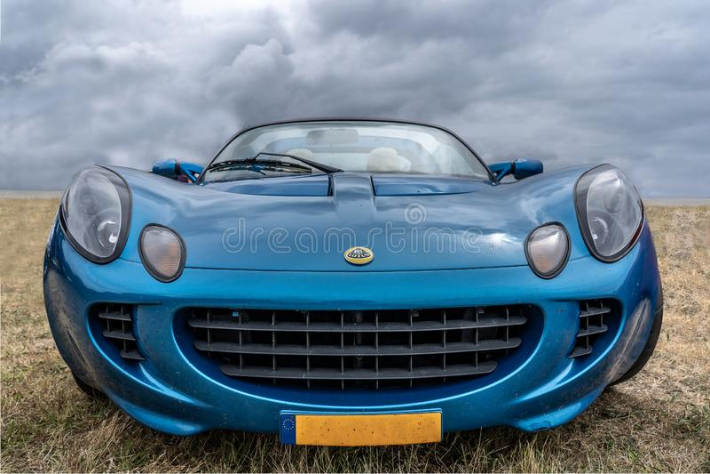 BOSCHENHOOFD/NETHERLANDS- 17 GIUGNO 2018: vista frontale di Lotus Elise blu classica ad una riunione classica dell'automobile fotografie stock libere da diritti