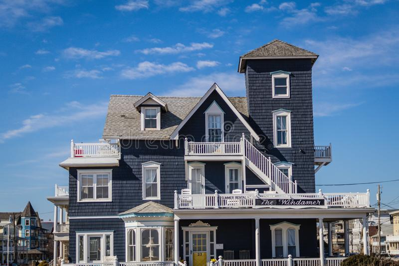 Boschetto dell'oceano, NJ, U.S.A. - 16 febbraio 2019: Alloggio vittoriano storico di Windhamer nel boschetto dell'oceano un giorn fotografie stock libere da diritti