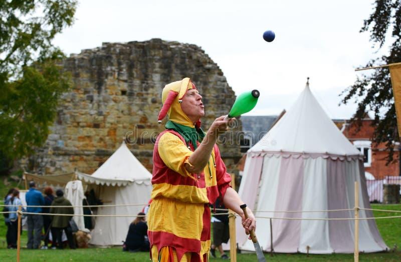 Bosco шут жонглирует объектами на средневековой ярмарке стоковые изображения rf