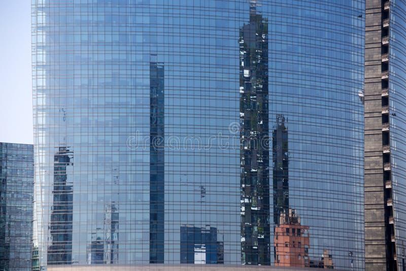 Bosco Verticale, den vertikala skoglägenheten och byggnader reflekterade i ` Unicredit står högt, affärsområde nära Garibaldi dre arkivfoto