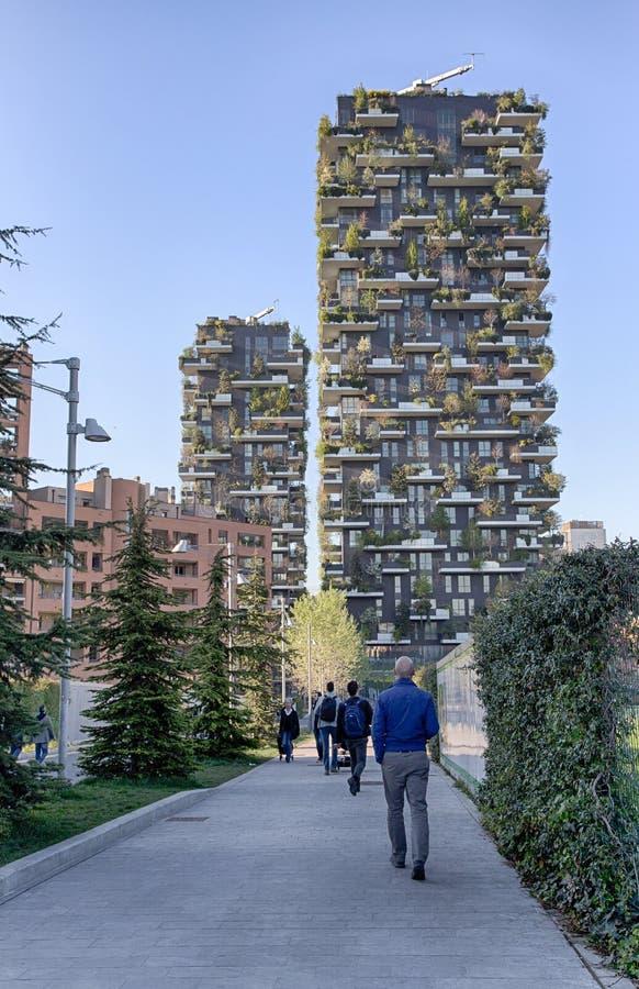 `-Bosco Verticale `, vertikal skoglägenhet och byggnader i den områdes`-Isola `en av staden av Milan, Italien royaltyfri bild