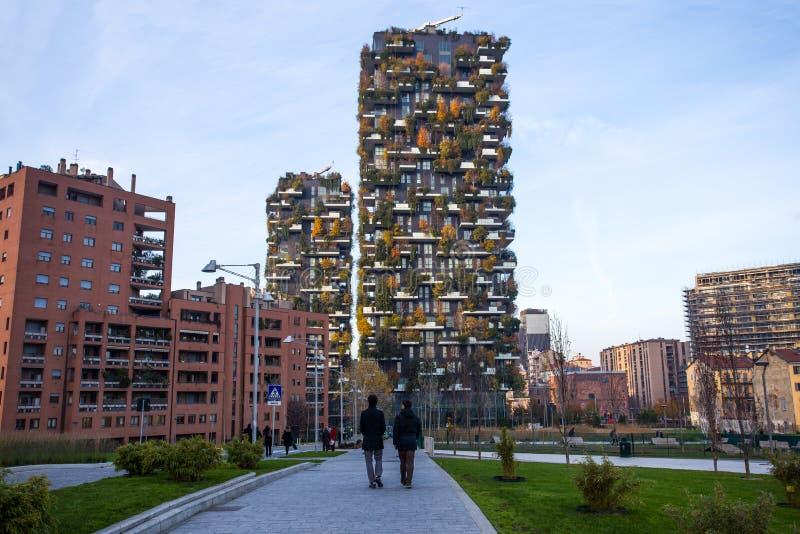 ` Bosco Verticale-`, vertikaler Wald in der Herbstzeit, Wohnungen und Gebäude im Bereich ` Isola-` der Stadt von Mailand, Italien stockbild