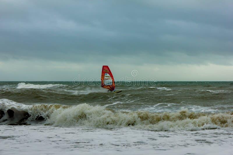 Boscombe, Dorset/Reino Unido - 26 de janeiro de 2019: Windsurfer em uma água áspera e em um céu escuro imagens de stock