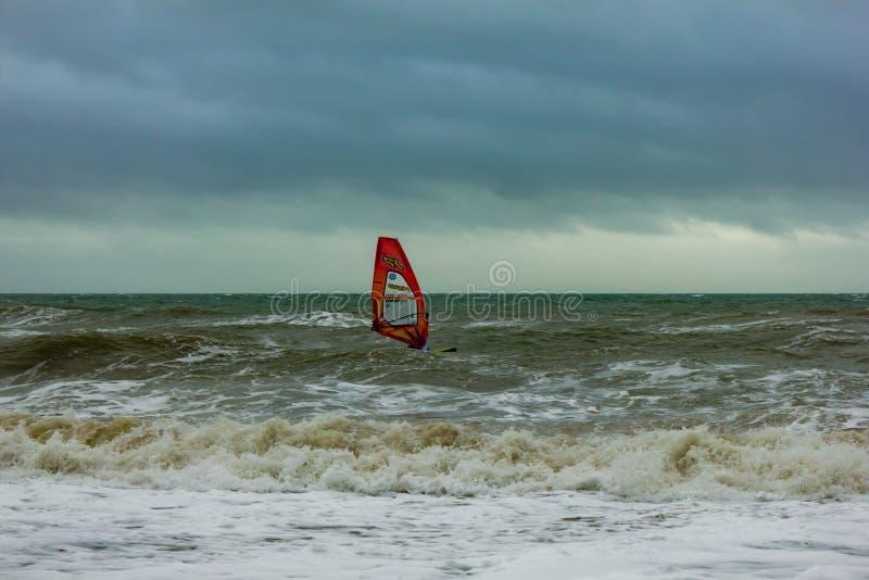 Boscombe, Dorset/Reino Unido - 26 de janeiro de 2019: Windsurfer em uma água áspera e em um céu escuro imagem de stock