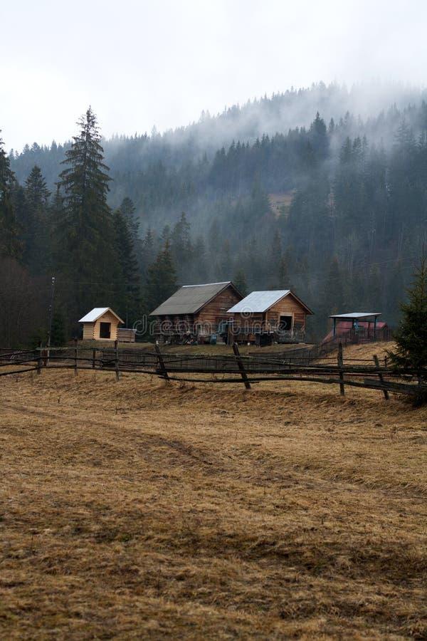 Bosdorpsgebouwen onder de mistige berg royalty-vrije stock afbeeldingen