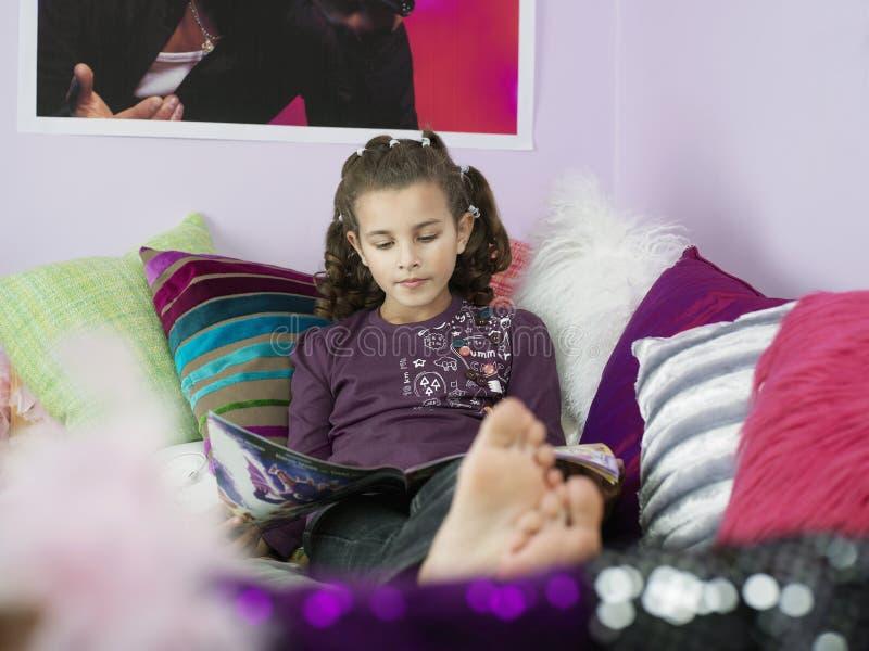 Bosej dziewczyny Czytelniczy magazyn W łóżku zdjęcie stock