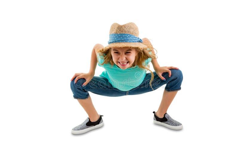 Boshaftes freches kleines Mädchen, das vorwärts verbiegt lizenzfreie stockfotografie