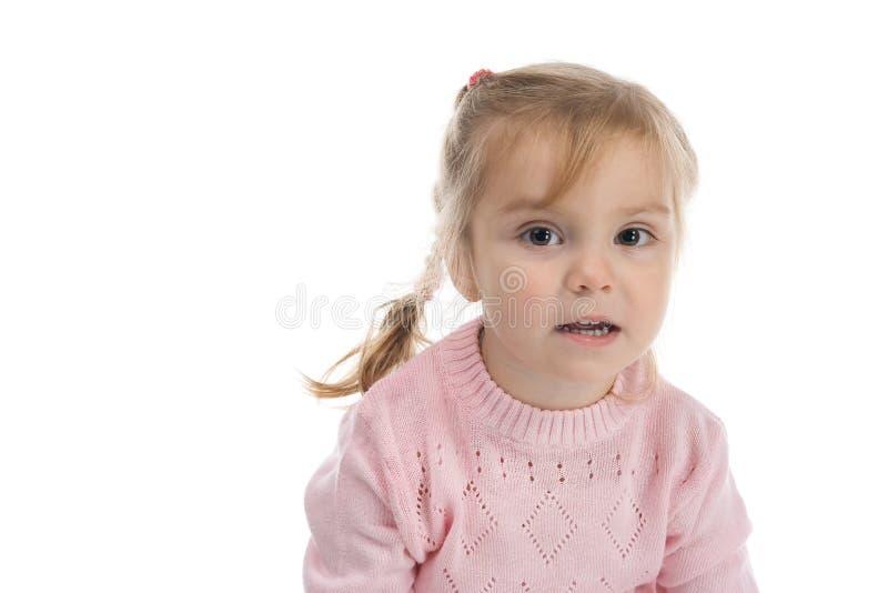 Boshaftes Mädchen in einem rosafarbenen Jersey lizenzfreie stockfotos