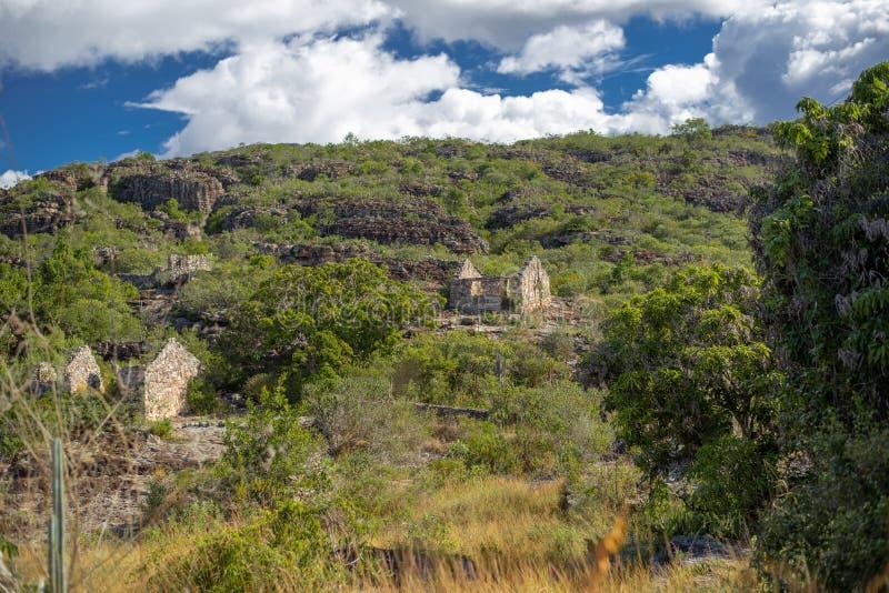 Boslandschap met een heuvel en twee steenhuizen royalty-vrije stock fotografie