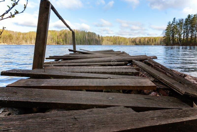 Bosmeer of rivier op de zomerdag en oude rustieke houten dok of pijler stock afbeeldingen
