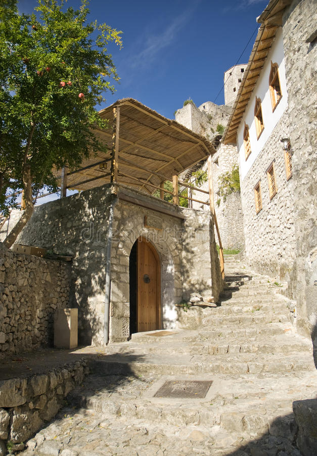 Bosnien-traditionelle Dorfstraße lizenzfreies stockfoto