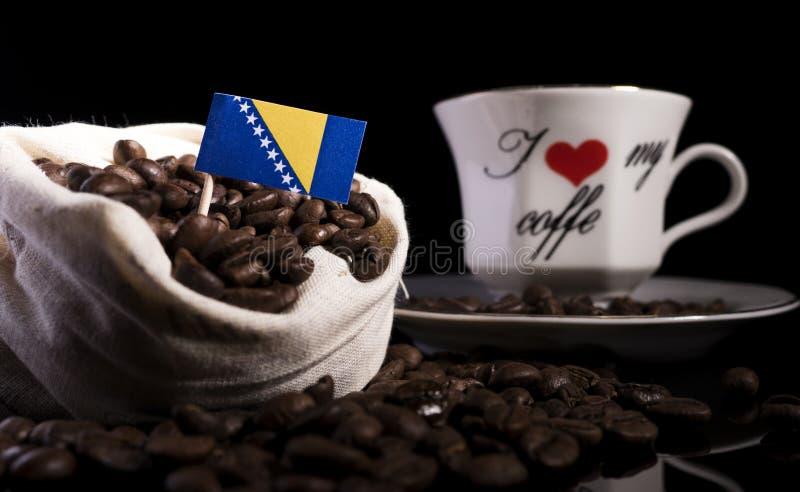 Download Bosnien Und Herzegowina Kennzeichnen In Einer Tasche Mit Den Kaffeebohnen, Die Auf Schwarzem Lokalisiert Werden Stockfoto - Bild von frühstück, bohnen: 96935350