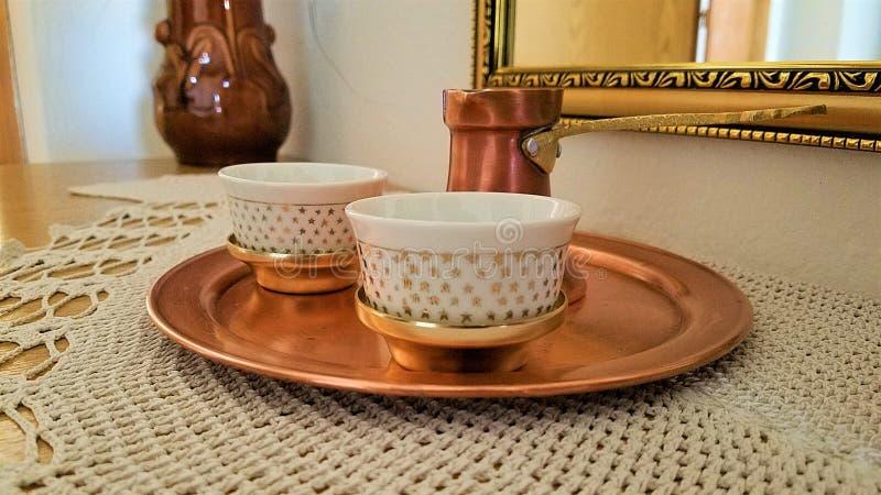 Bosnische cezve en de traditionele dienende reeks van de koppenkoffie stock foto's