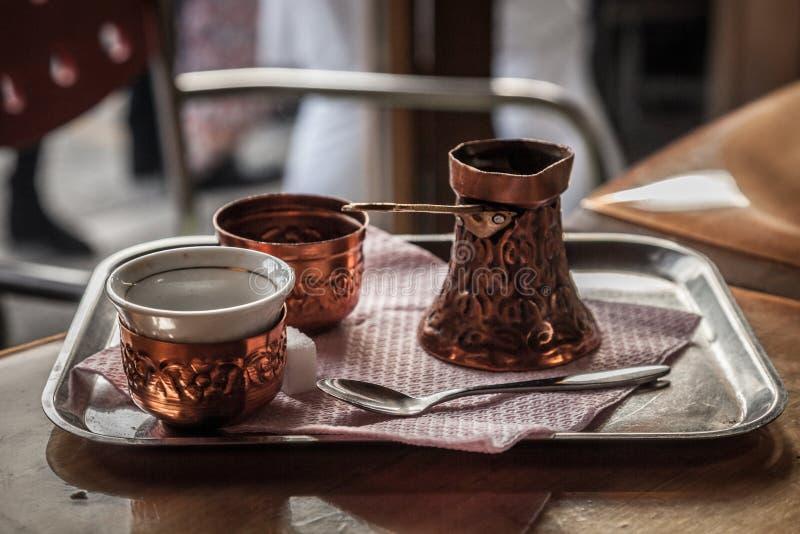 Bosnische die Koffiepot, ook als Dzezva wordt bekend, in een Koffie van Sarajevo wordt genomen royalty-vrije stock afbeelding
