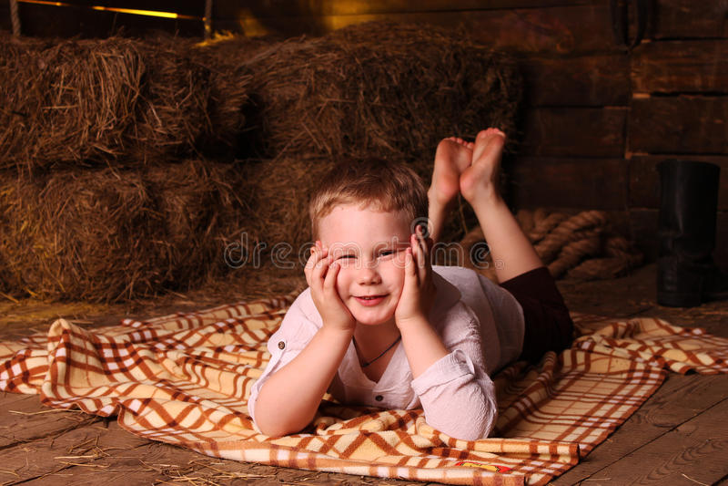 Bosonoga chłopiec w hayloft obraz royalty free