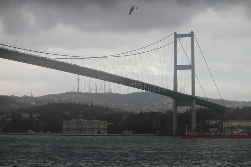 Bosphorous most i czerwony statek w Istanbuł, Turcja fotografia royalty free