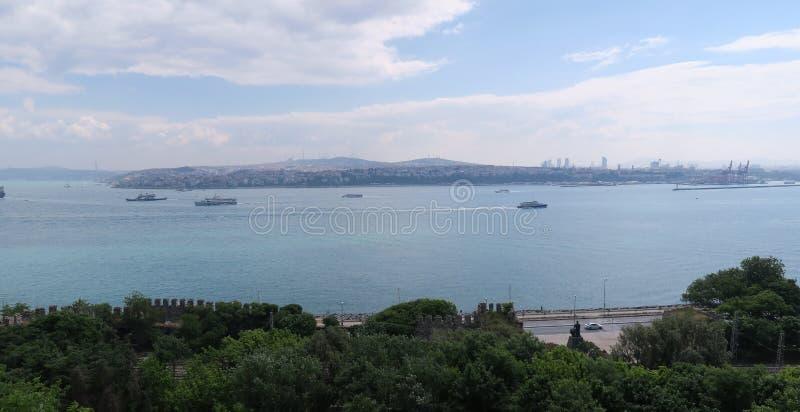 Bosphorus και μερικά σκάφη όπως βλέπει από το παλάτι Topkapi στη Ιστανμπούλ, Τουρκία στοκ εικόνα