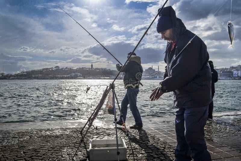 Bosphorus Стамбула, рыболовная удочка с звероловством рыб стоковые фотографии rf