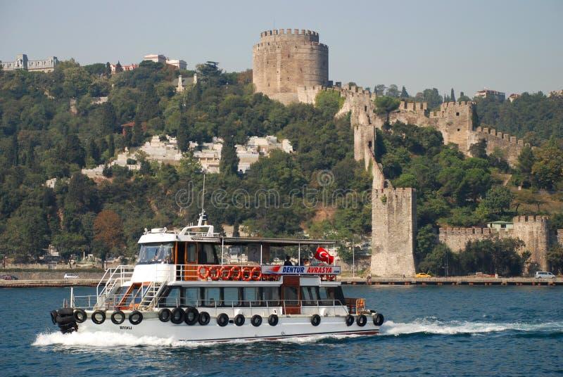 Bosphorus cieśnina pływa statkiem przy Rumelihisarı &-x28; Rumelian Castle&-x29; istanbul indyk zdjęcie royalty free